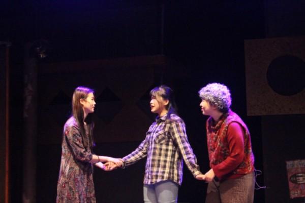 공연사진7 - 3명이 서로 손을 잡고 마주보며 이야기 하는 모습