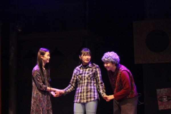 공연사진8 - 3명이 서로 손을 잡고 마주보며 이야기 하는 모습2